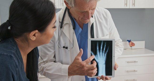 Una persona con dicha enfermedad tiene los huesos más frágiles que una persona sana