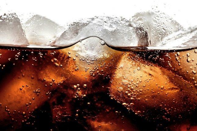 Consumir una lata de refresco equivale a tomar unos cuatro sobres de azúcar
