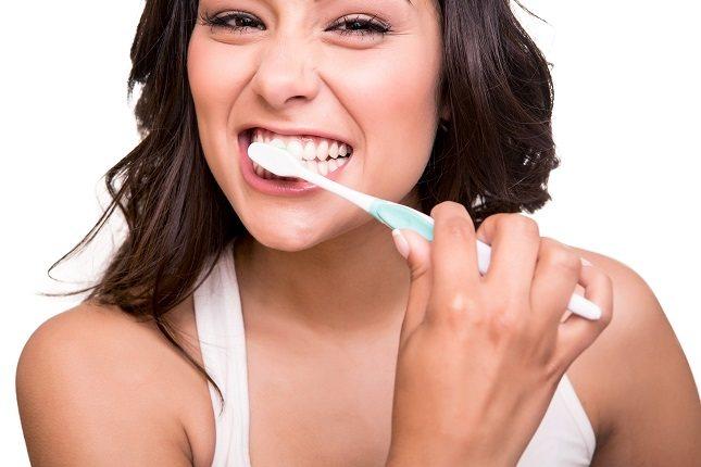 El sarro se produce por la acumulación de alimentos tanto en los dientes como en las encías
