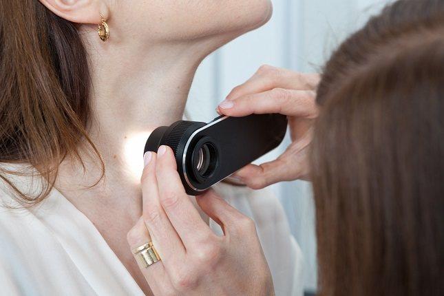 Para evitar puntos negros en el cuello, mantén una rutina constante de cuidado de la piel