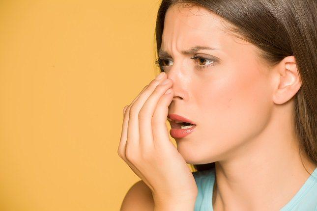 Otra de las posibles causas del mal aliento se puede deber a que la persona tiene la lengua saburral