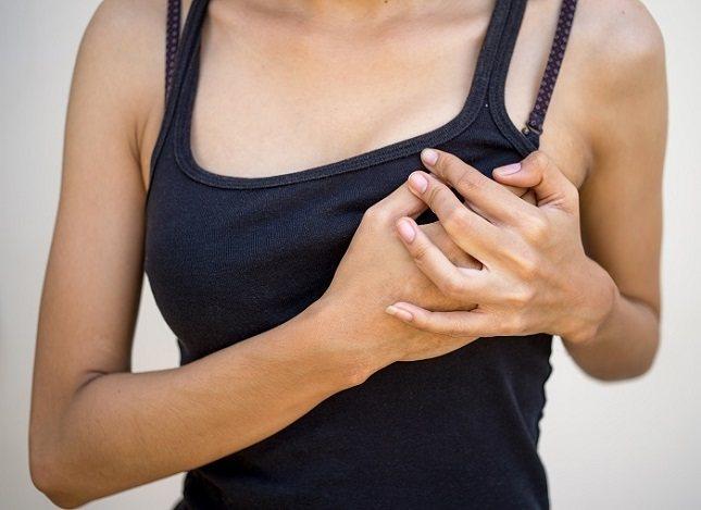 El dolor debido a la fractura de una costilla puede empeorar con la respiración profunda
