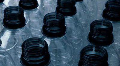 ¿Es realmente peligroso para nuestra salud reutilizar botellas de plástico?