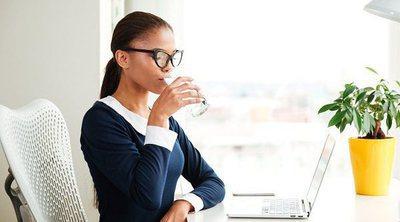 Por qué tienes que beber más agua en el trabajo