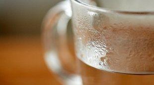 8 beneficios de beber agua caliente