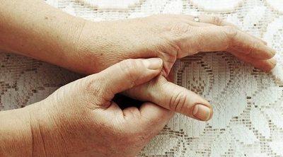 Piel seca y agrietada entre los dedos