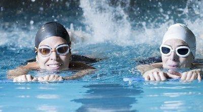 ¿Se puede perder grasa corporal al nadar?