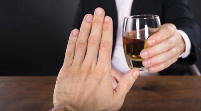 5 preguntas que no tienes que hacerle a alguien que está dejando el alcohol